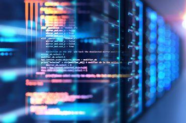 Programmierfenster mit Softwarecode und Servern im Hintergrund