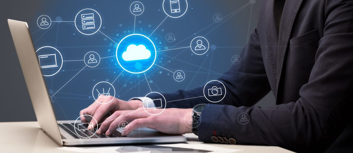 Softwareentwickler arbeitet in Cloud-Umgebung