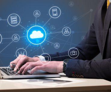 Softwareentwickler arbeitet in Cloud-Umgebung