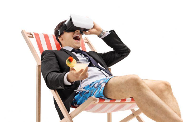 In der digitalen Zukunft sitzt ein Geschäftsmann mit Cocktail und VR Brille am Pool