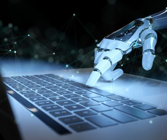 Titelbild zum Artikel über einen Kurs zum Maschinenlernen: Die Hand eines Roboters auf einer Tastatur