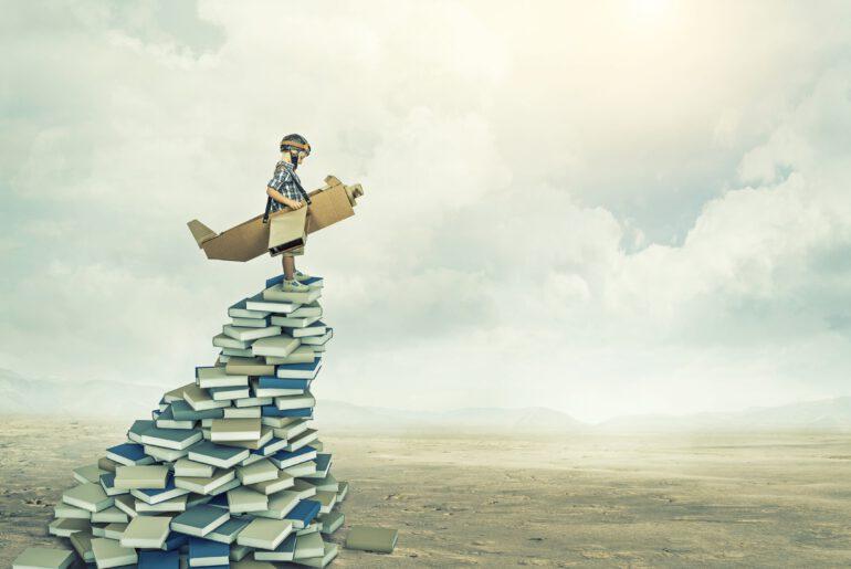 Leser auf Stapel mit Büchern zu Digitalisierung
