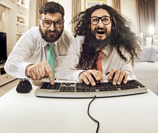 Zwei Softwareentwickler an der Tastatur. In einem Softwareentwicklungsprojekt